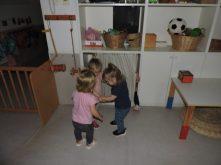 En Sebas està fent danses amb els infants