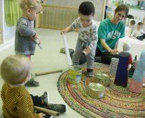 Els nens piquen els timbals amb la Mireia