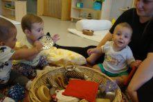 tres infants petits exploren els tresors de la panera