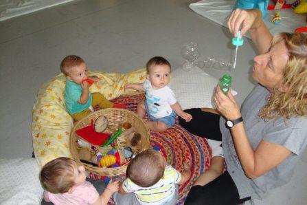 un grup de lactants descobreixen la màgia de les bombolles de sabó