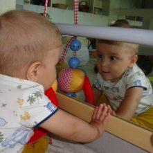 En Marc es veu reflexat al mirall
