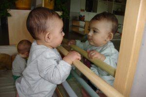 La Dunia, dreta s'observa al mirall