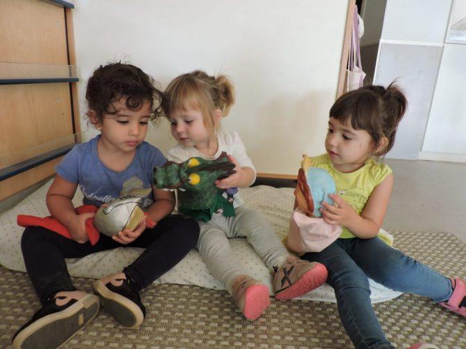 L'Hajar, l'Arlette i la Joana juguen amb els titelles del conte