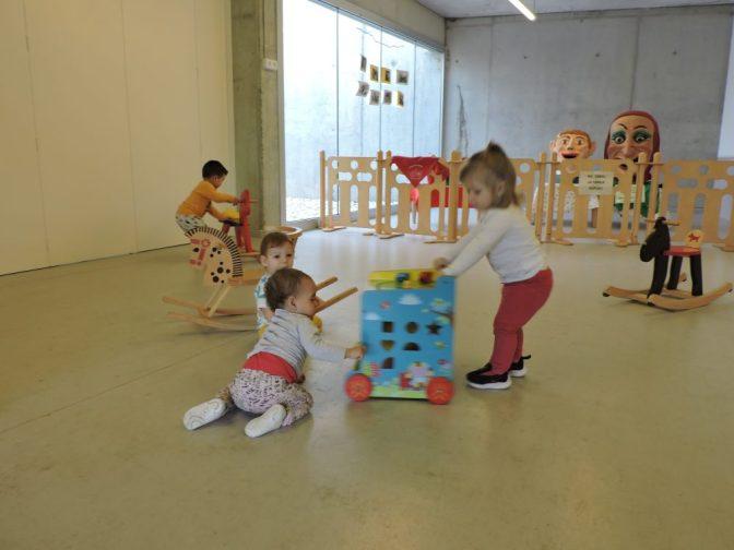 Els infants comparteixen estones de joc