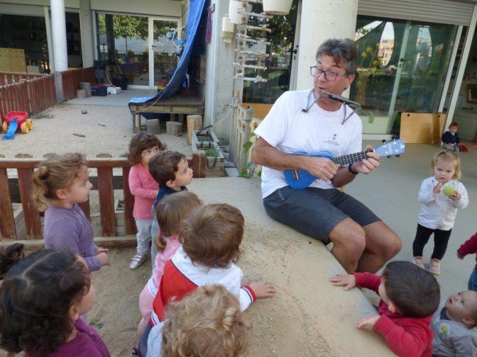 En Sebas està tocant l'ukelele al pati