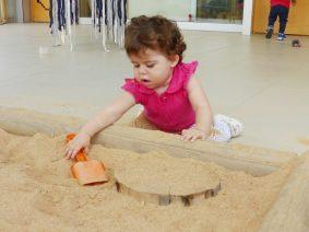 L'Alma juga al sorral del pati amb una pala.