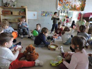 Els infants de la classe juguen amb les panderetes
