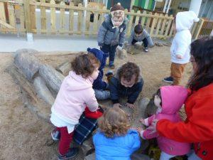 Els infants es troben al voltant del caga tió