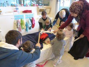 Unquants infants amb algunes famílies fan cagar el tió cantant una cançó