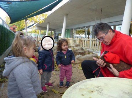 Els infants troben el Tió al pati. Té molt fred