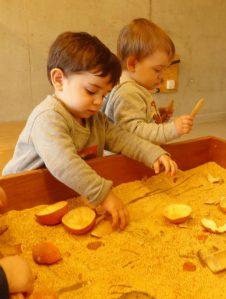 L'einar toca amb els dits la pell de la mandarina triturada que hi ha a la taula
