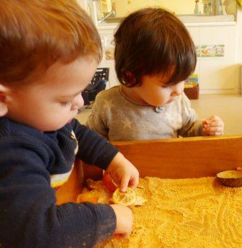 El Biel i la Vega miren i toquen la pell de la mandarina triturada
