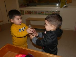 Dos infants comparteixen un pot