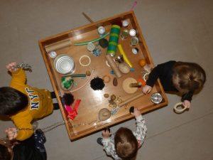 Vista des de dalt de la taula amb el material heurístic