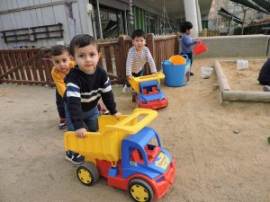 els nens juguen amb els camions