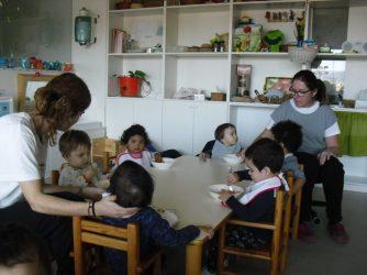 Les educadores acompanyen en el dinar