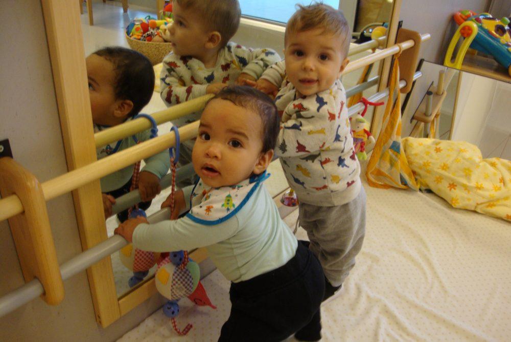 En Liam i en Marc es posen drets agafats a la baraneta del mirall