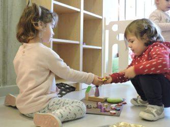 Júlia i Gala comparteixen material