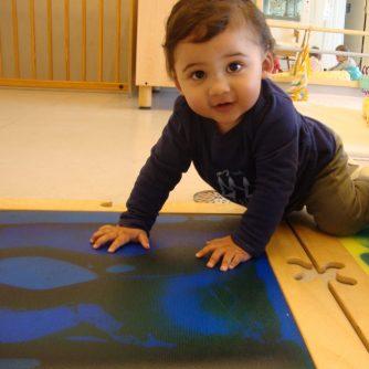 L'Alvaro descobreix la magia del camí sensorial