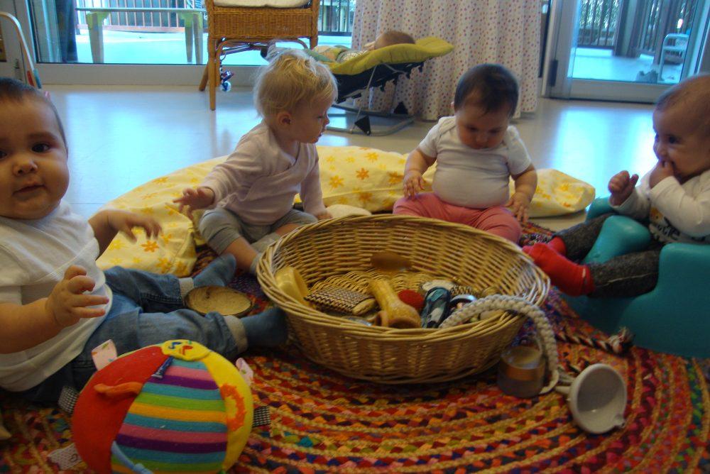 uns altres infants jugant amb la panera dels tresors