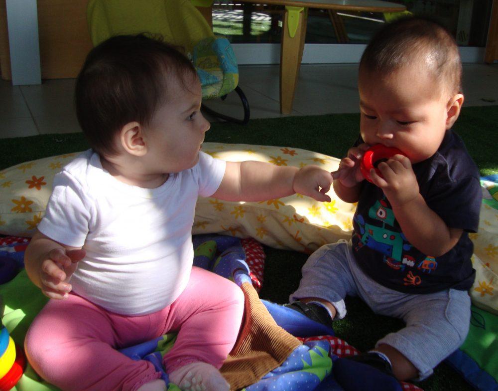 la Laia vol tocar l'objecte que en Julen es posa a la boca