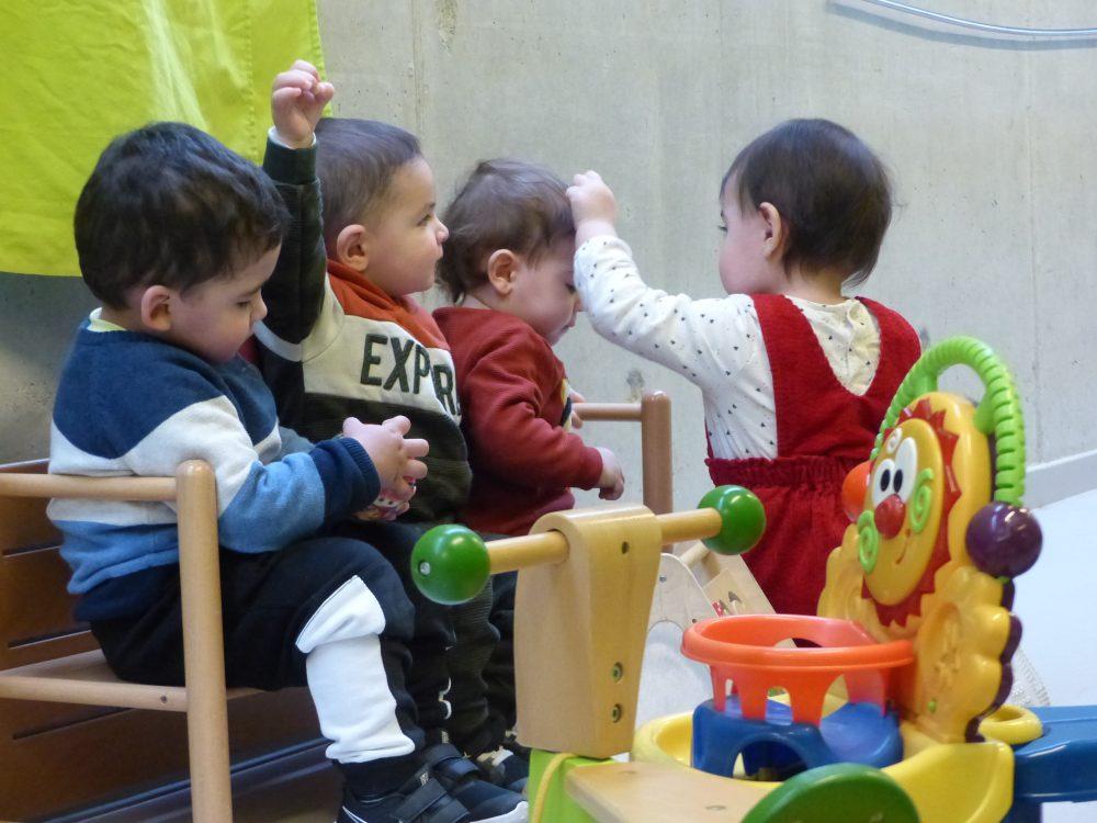 L'Alvaro, l'Antoni , Lucas i ainhoa estan asseguts a una banc.