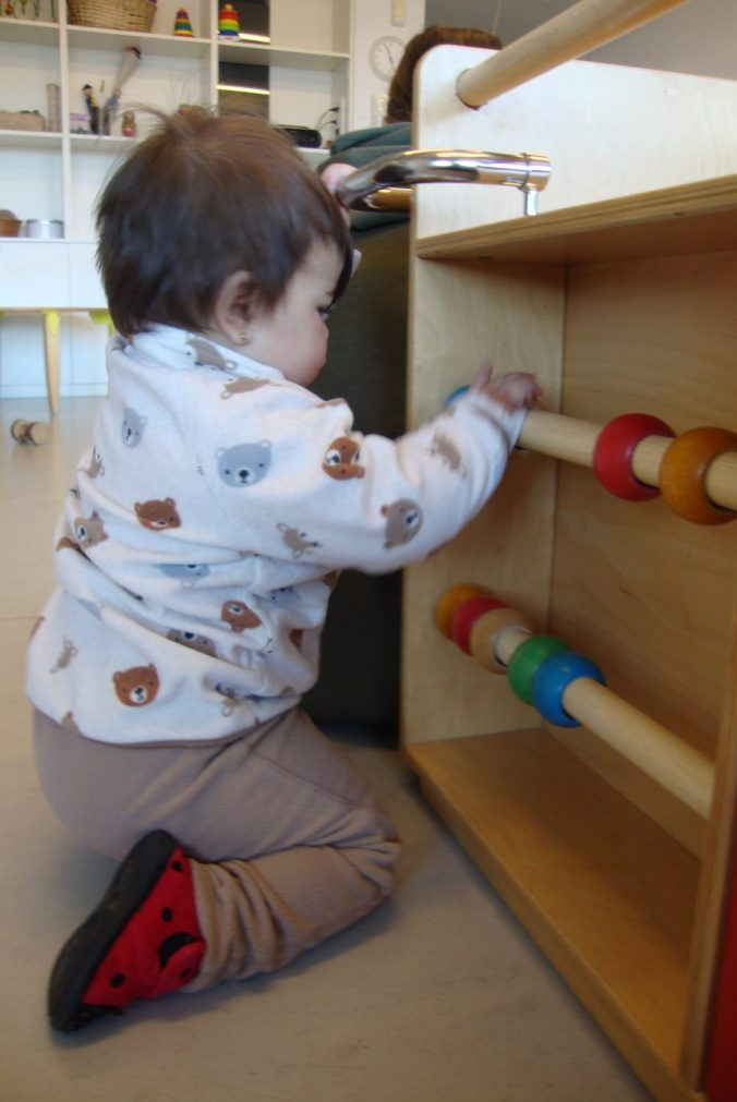 La Laia M. juga amb les boles de fusta