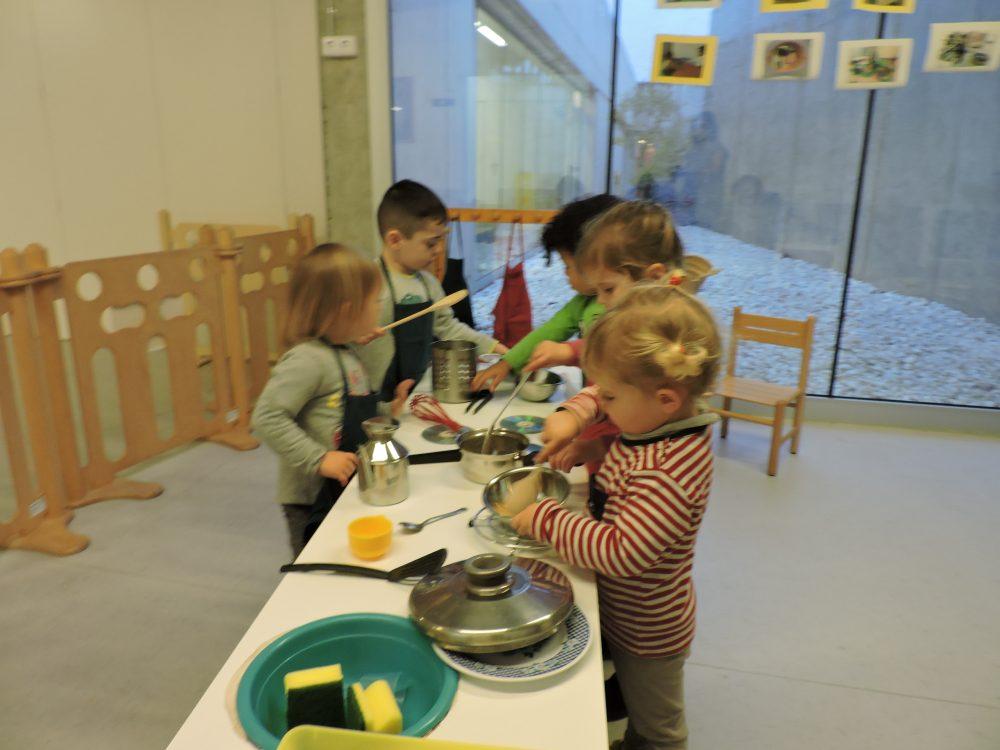 vista de tots els infants cuinant