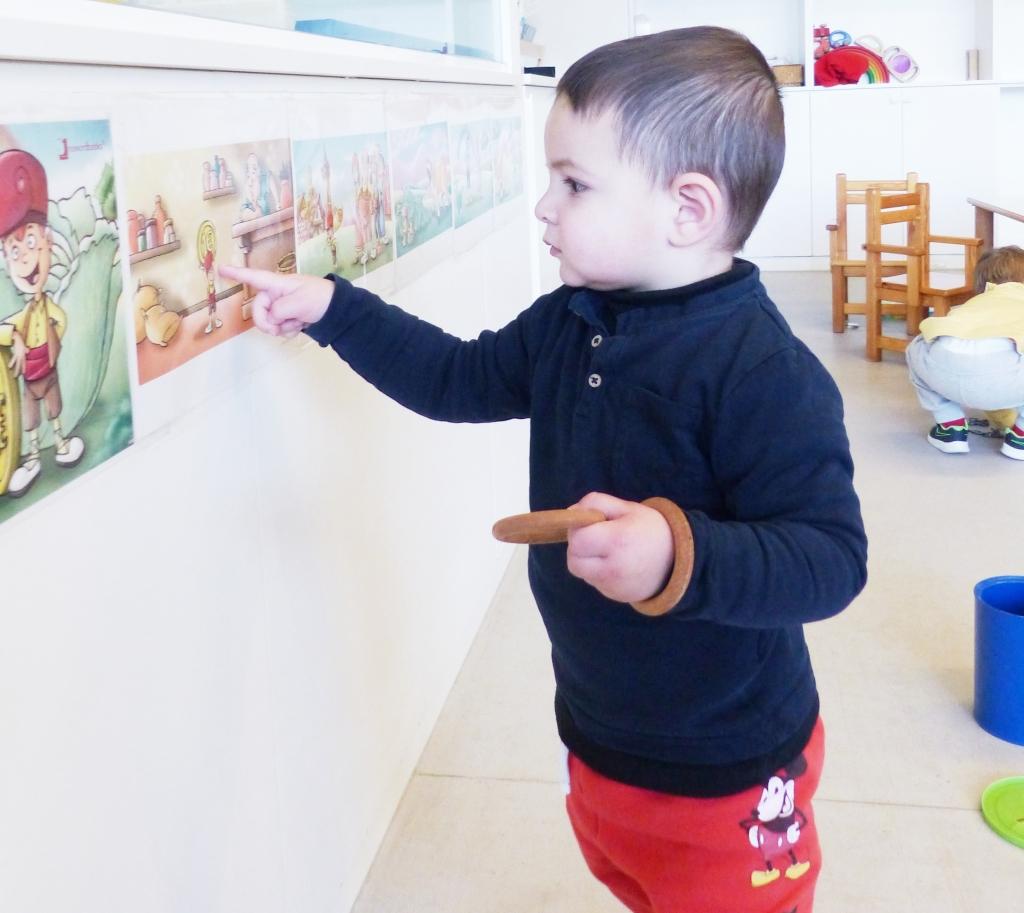 L'Antoni observa una làmina del conte del Patufet