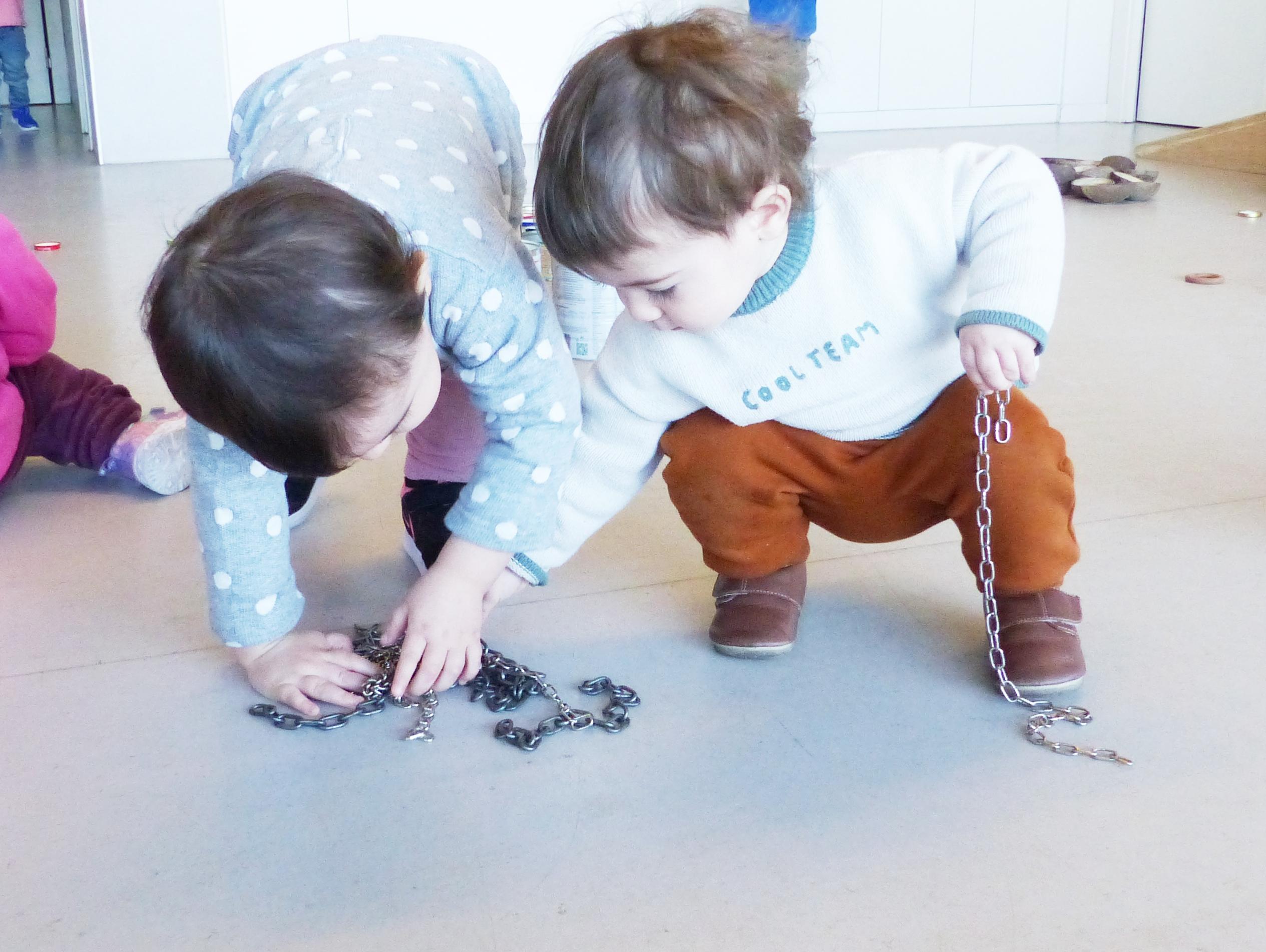 El Cai i l'Ainhoa juguen amb les cadenes
