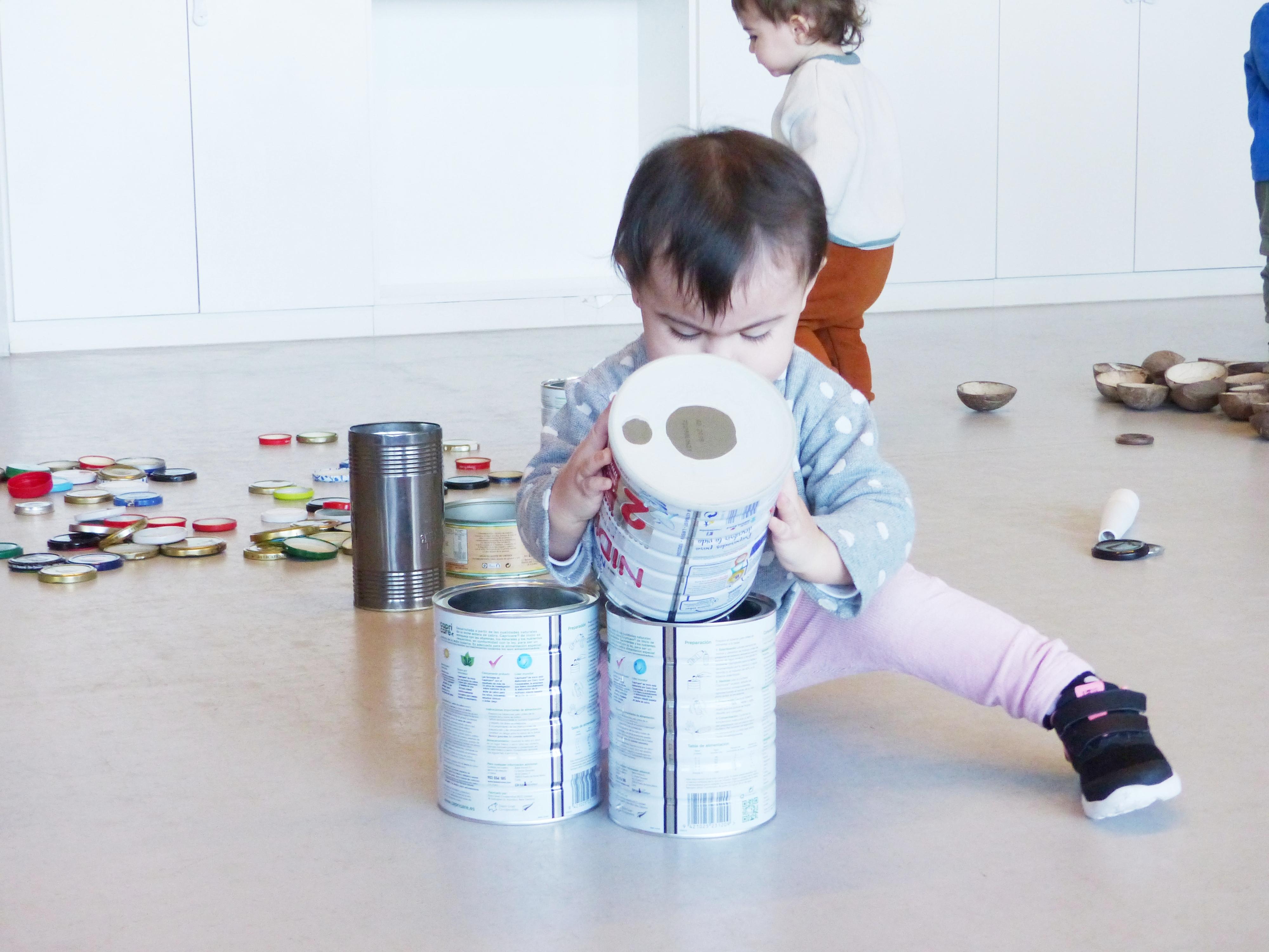 L'Ainhoa juga amb els pots