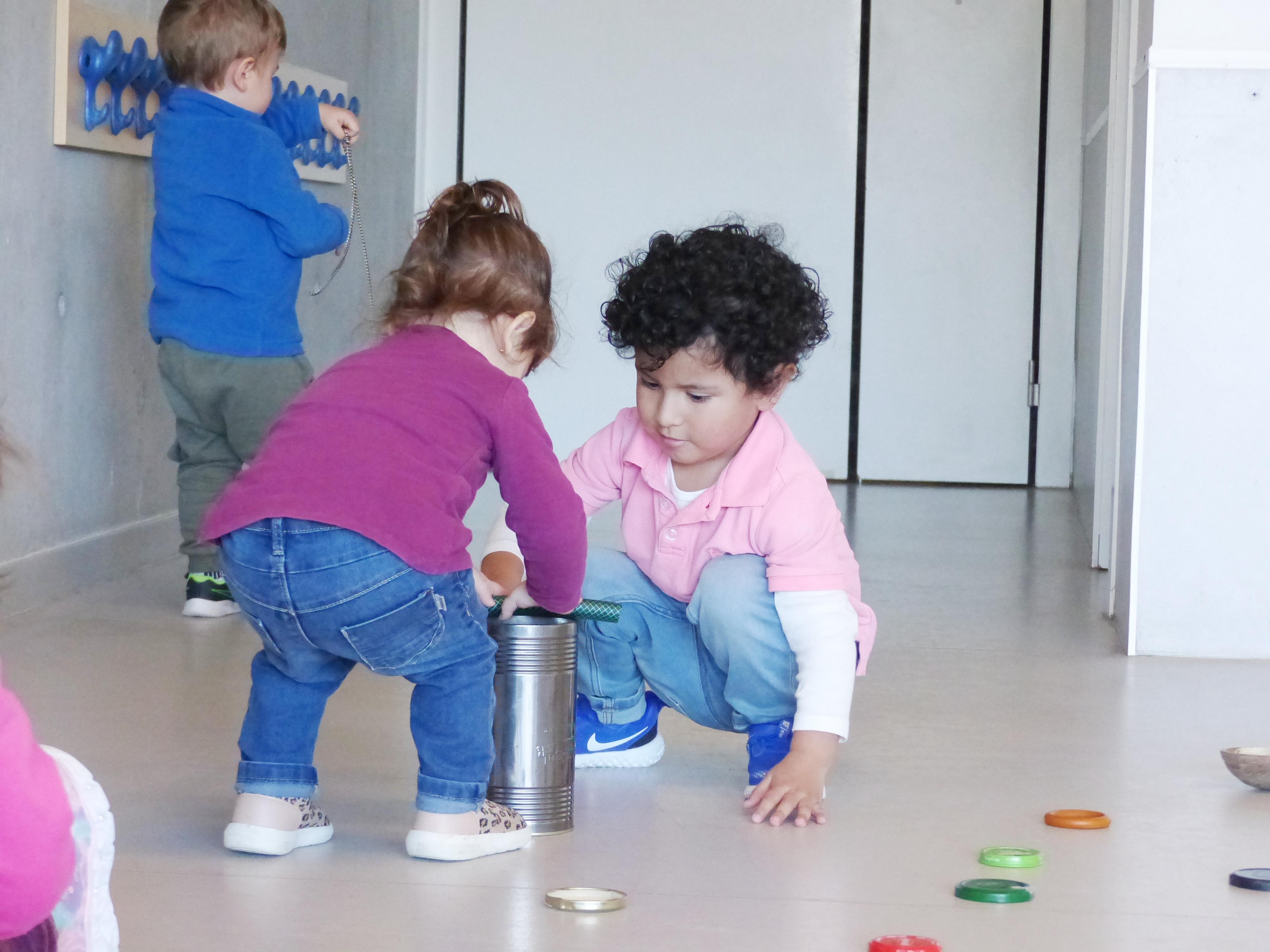 La Erinn i el Jorge Aron juguen amb un pot