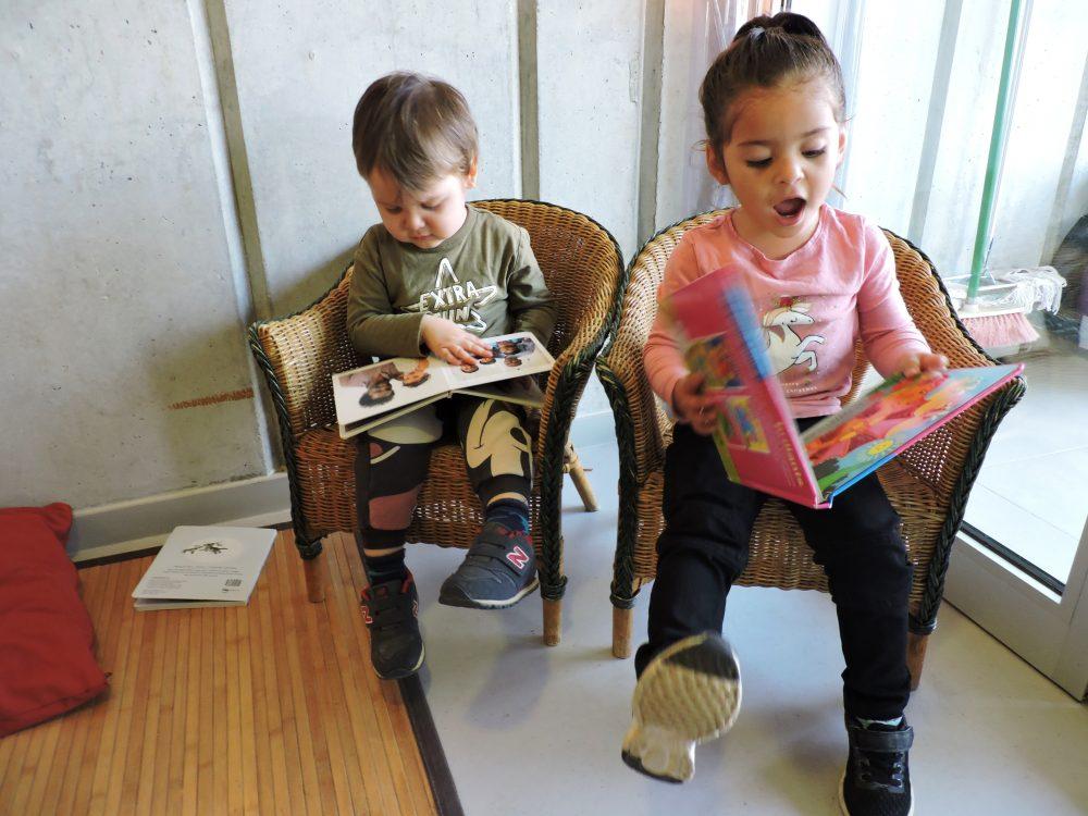 un nen i una nena que riuen amb un conte