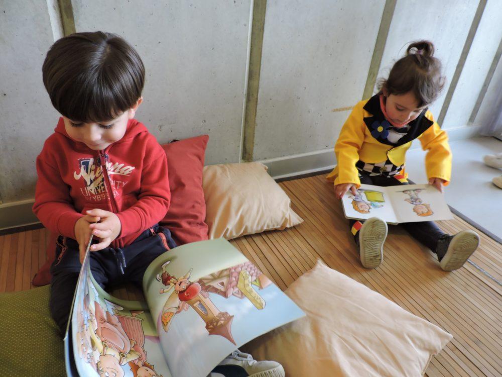 Una nena i un nen miren contes