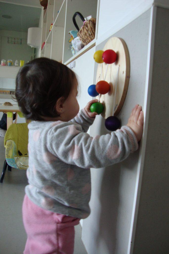 La Laia O juga amb les boles de fusta