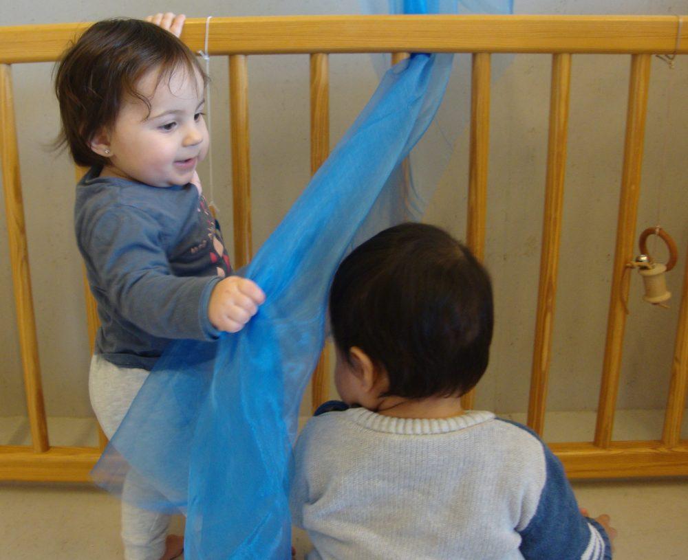 La Laia juga amb en Julen i un tul blau
