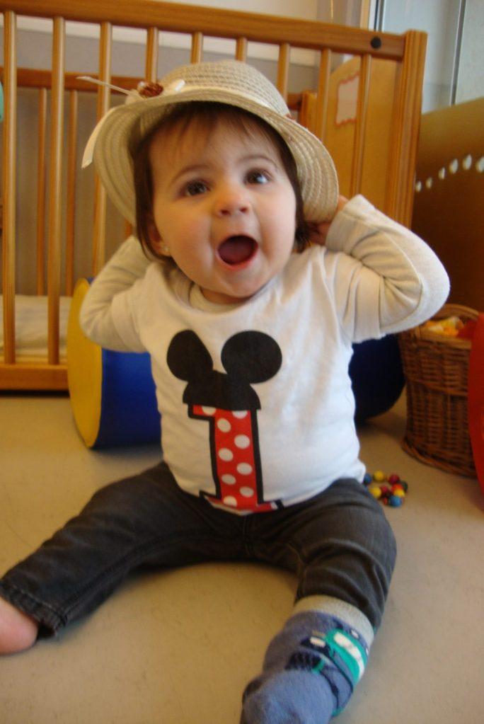 La Laia es posa un barret de palla