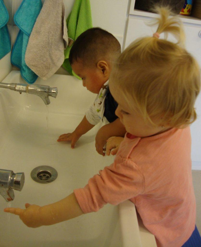 La Uma i en Julen gaudeixen a la pica amb l'aigua