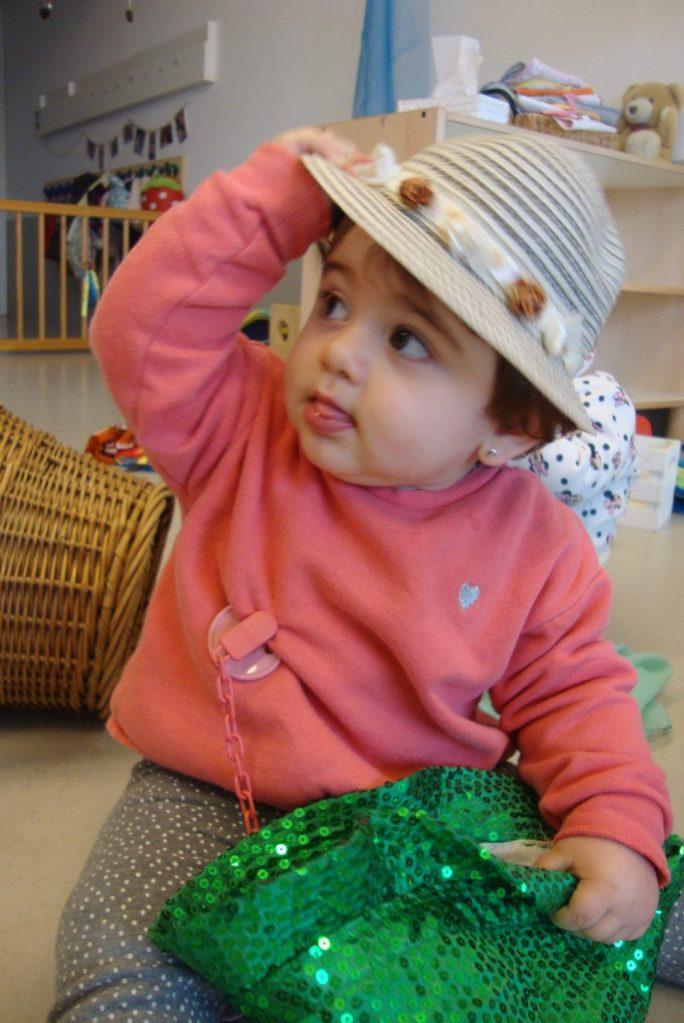 La Lia juga amb els barrets