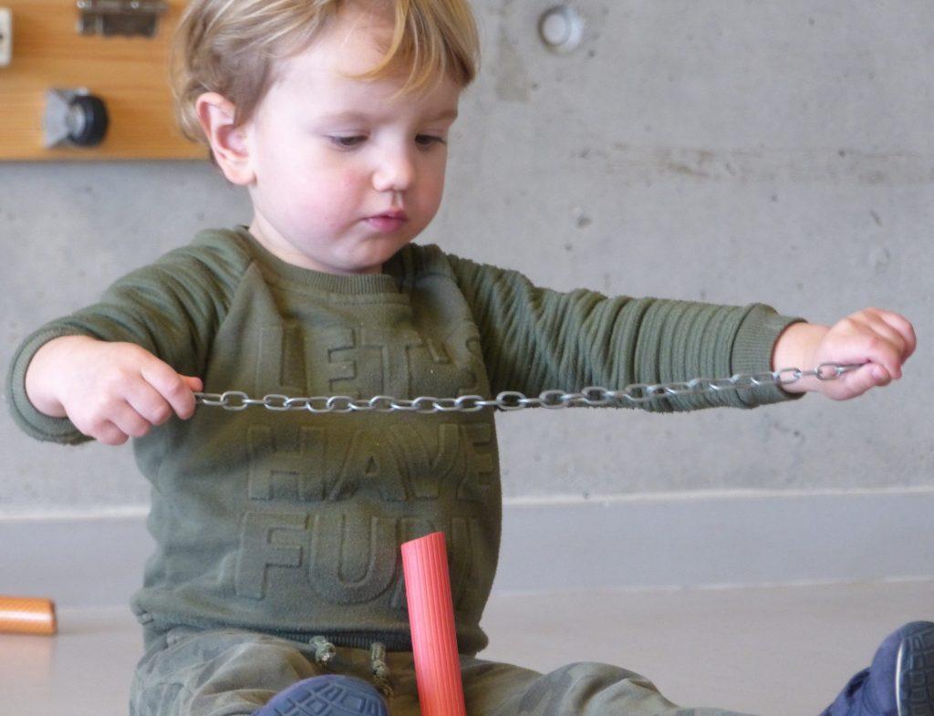 infant mesurant una cadena