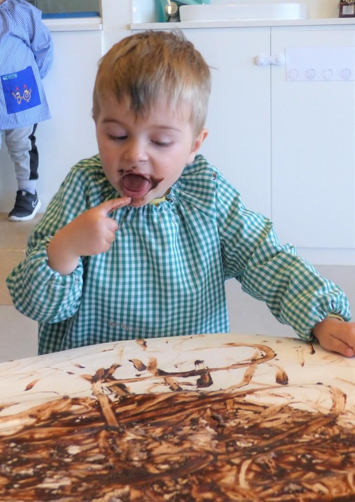 El marc tastant la xocolata