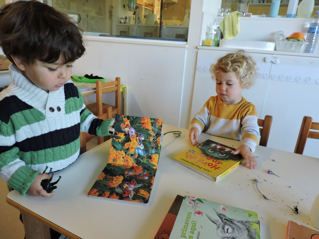 dos infants miren un conte