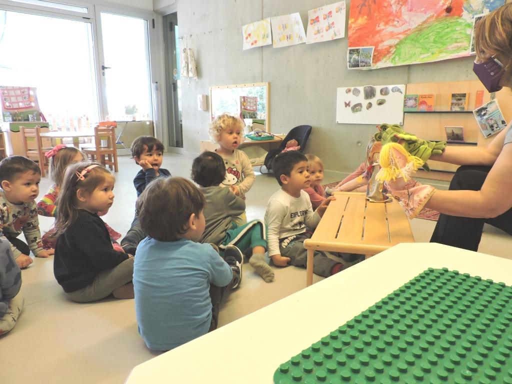 els infants escolten el conte en titelles