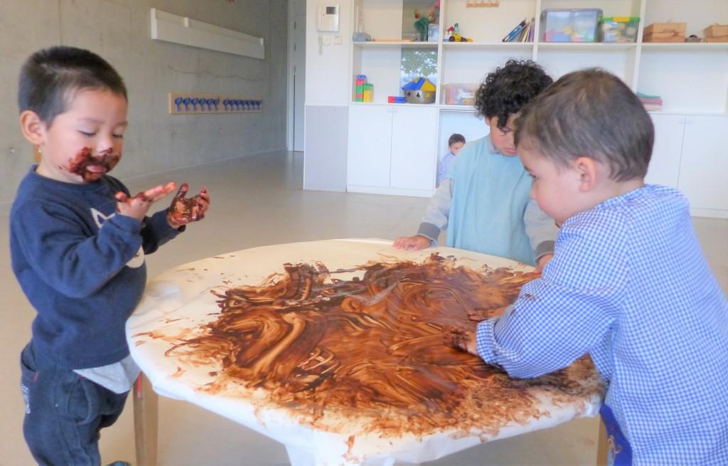 El Dylan , el Jorge i l'Alvaro al voltant de la taula tocant xocolata desfeta.