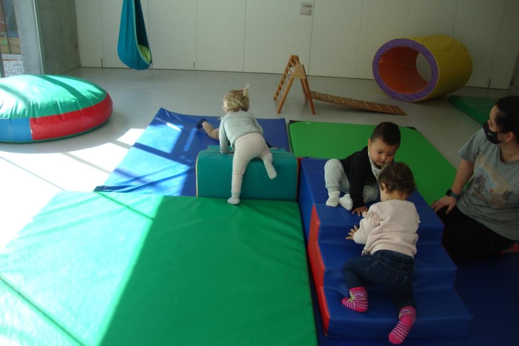 quatre infants es mouen lliurement per la sala
