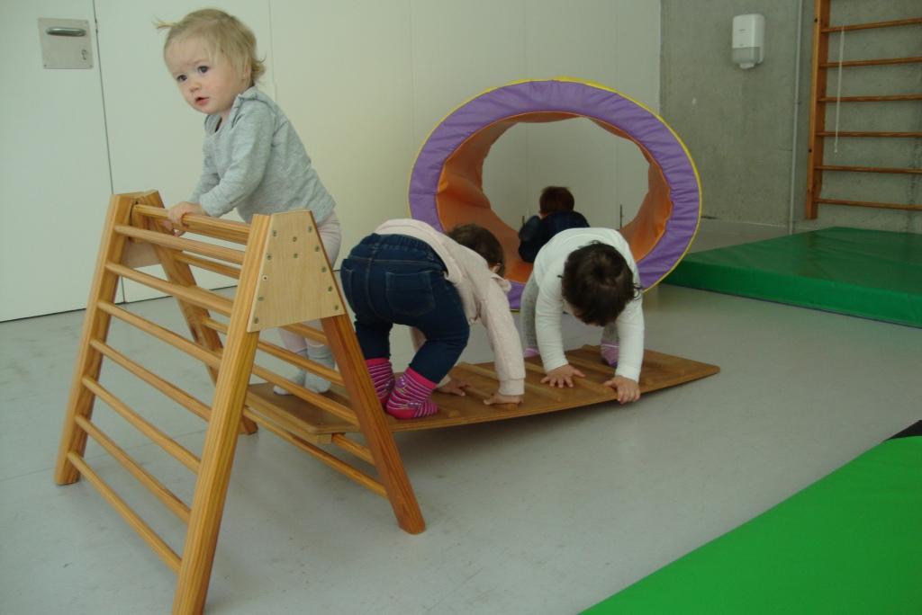 Tres nenes al triangle escalant