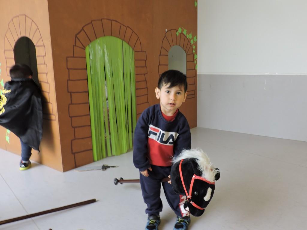 Els infants estan jugant amb els cavalls de St.Jordi