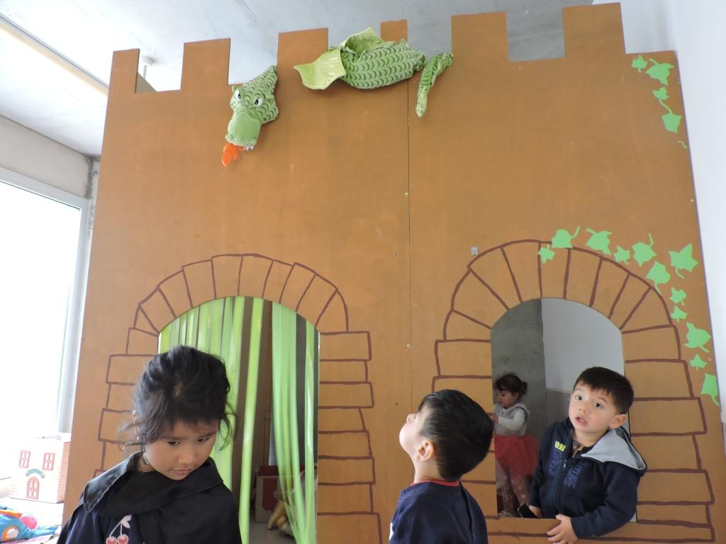 Els infants de grans juguen al castell de l'entrada