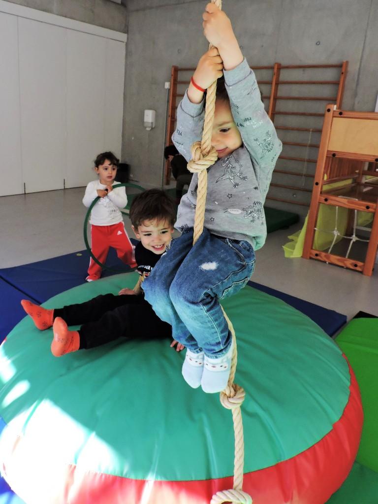 un nen pujant a una corda