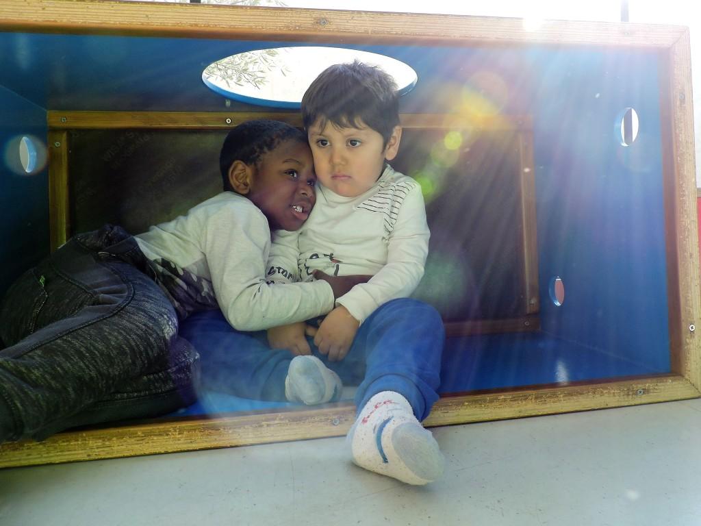 Dos nenes s'abracen
